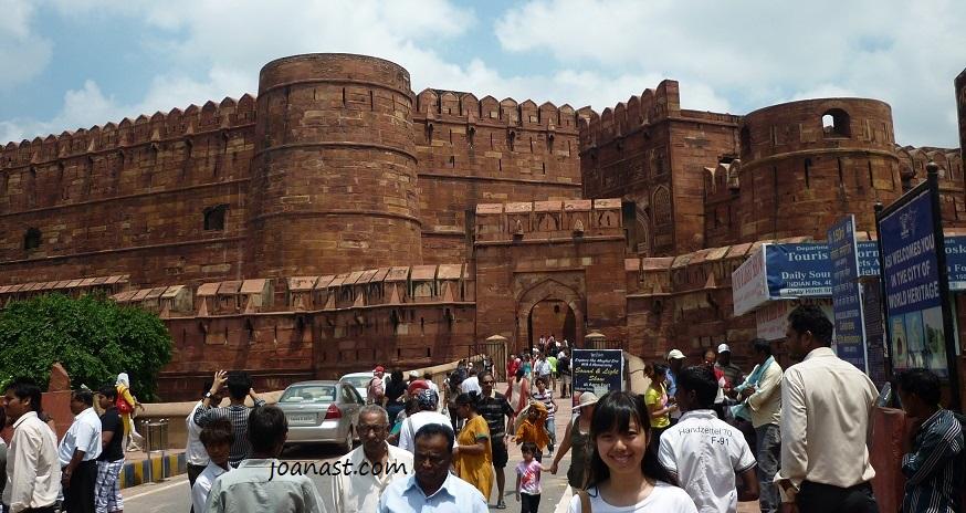 di depan Agra Fort