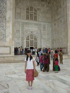 dengan pembungkus alas kaki di Taj Mahal